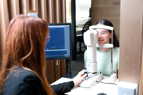 assessment of the eye with topography prior to orthokeratology fitting